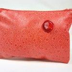 Pochette cuir agneau imprimé coloris rouge.