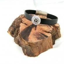 Bracelet cuir noir.