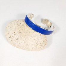 Bracelet jonc métal et cuir coloris bleu.