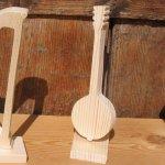 banjo en bois d'epicea massif hauteur 15 cm monté sur socle decoration musique table de mariage fait main