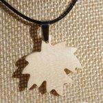 pendentif feuille d'érable en bois d'érable ciré bijou éthique, fait main