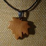 pendentif feuille d'érable en bois de Hêtre ciré bijou éthique, fait main