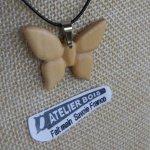 pendentif papillon en bois de merisier bijoux bois et nature, fait main, pendentif été