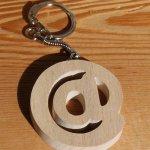 porte clef arobase fans d' internet, bois massif fait main, cadeau original et utile fans d'internet