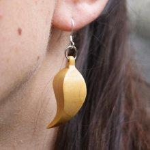 boucle d'oreille plume bijou ethique en bois de  merisier ciré, nature, fait main