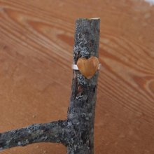 Bague cabochon en bois forme coeur if largeur 14mm