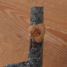 Bague cabochon en bois forme coeur Meleze a noeud largeur 20mm