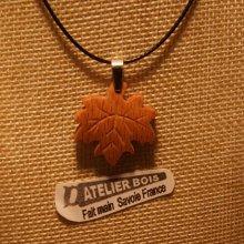 pendentif feuille d'érable en bois de hetre nervuré ciré bijou éthique, fait main