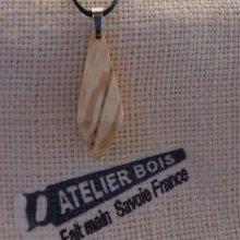pendentif en bois de bouleau ciré bijou éthique, fait man