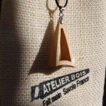 pendentif pyramide evidée en merisier ciré bijou ethique en bois, bijou nature fait main