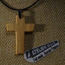 pendentif petite croix en bois massif d' if sur cordon réglable fait main