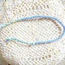 Bijou de poignet en macramé plat 4 fils, coloris bleuet vert d'eau, agrémenté d'un fil lurex très fin bleu métallisé