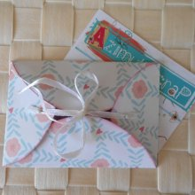 Mini enveloppe papiers doubles, extérieur fleuri pop blanc rose, intérieur fleuri beige bleu clair à coeurs
