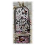 Shabby chic ou rétro pour ce tag carte gris rose et dentelle  'Especially for you' aux papillons 3D colorisés encre distress