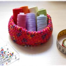 Mini corbeille ou vide poche crochetée en fil coton rose orange violet