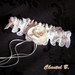 jarretière mariage dentelle festonnée ivoire fleur de satin au coeur de pistils ivoire et rubans