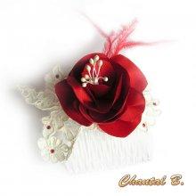Peigne à cheveux mariage fleur de satin rouge plumes dentelle ivoire