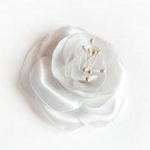 fleur de satin blanc et pistils faite main pour accessoire mariage