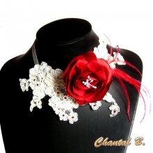 collier de mariage dentelle ivoire fleur de satin rouge et plumes