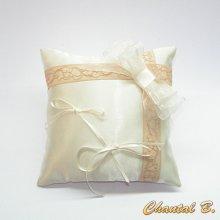 coussin romantique d'alliances vintage satin ivoire dentelle ancienne beige rosé ruban d'organza