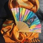 L'écharpe et son éventail en soie 'Holi Color'