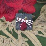 Broche Femme Araignée Rouge sur Ardoise, Création Artisanale Unique