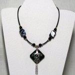 collier pendentif tortue argentée style ethnique sur cordon silicone noir et perles