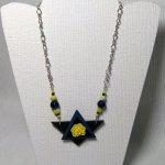 collier pendentif original fleur jaune sur ardoise et chaine