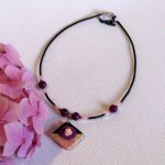 collier fleur rose sur ardoise montage cordon silicone, création fait main