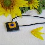 pendentif  floral ardoise émaillée sur cordon cuir noir, création artisanale
