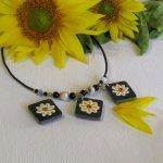 collier type plastron fleurs émaillées sur ardoise montage silicone et perles, création artisanale