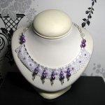 collier plastron en dentelle et perles nacrées violette et rose