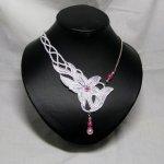 Collier asymétrique en dentelle blanche et perles nacrées rose pour un mariage