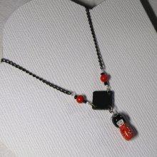 Pendentif monté en Collier pour Jeune Femme en Ardoise avec une Poupée Japonaise Rouge, Création Unique