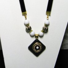collier vintage or et blanc sur ardoise montage velours
