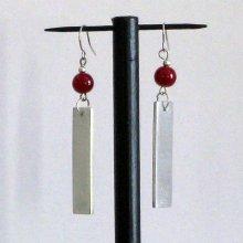 boucles d'oreille aluminium et perle rouge oreilles percées