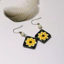 Boucles d'oreille pour Femme en Ardoise Emaillée d'une Fleur Jaune et Blanche, Création Artisanale