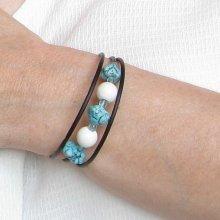bracelet manchette bleu ciel et  blanc sur silicone noir