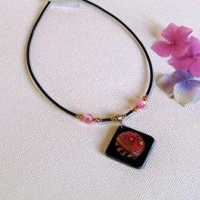 Pendentif pour Femme en Ardoise et cabochon Rose monté sur un Cordon de Silicone Noir habillé de Perles, Création Unique