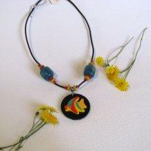Pendentif Ras du Cou pour Femme en Ardoise habillée d'un Poisson en Bois Peint, montage silicone, Création Unique