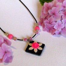collier pendentif pour femme fleur fuchsia et écrue sur chaine argentée pièce unique fait main