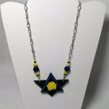 Gros collier pendentif original  pour femme fleur jaune sur ardoise et chaine