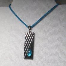 Pendentif femme en ardoise et cabochon de verre bleu sur cordon de coton bleu turquoise réalisation artisanale