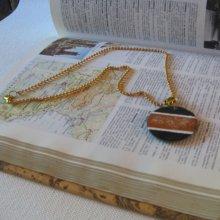 Pendentif ardoise émaillée sur chaine perles camelle fait main et pièce unique
