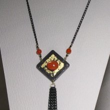pendentif collier ardoise cabochon orange sur feuille métal dorée