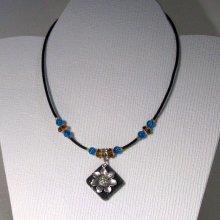 pendentif collier fleur argentée sur ardoise montage silicone et perles turquoise et ocre