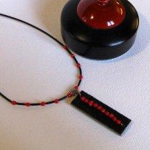 Collier pour Femme en Ardoise et perles Rouge monté sur un cordon de Silicone Noir, Création Unique