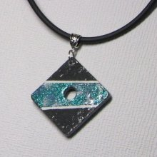 Gros pendentif ardoise émaillée bleu sur cordon cuir blanc