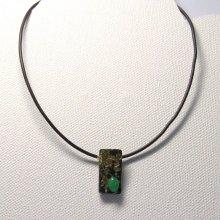 Pendentif pour Femme en Ardoise  travaillé à la feuille Dorée avec une Perle Verte montage en Silicone
