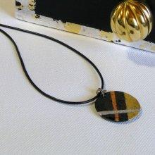 pendentif en ardoise dessin géométrique en feuille métallique sur cordon cuir